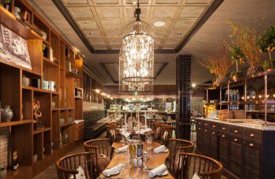 Tische und stimmungsvolle Beleuchtung im Restaurant