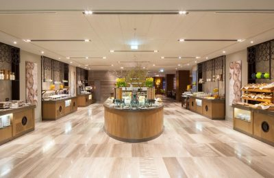 Zentraler Blick auf das große vielseitige Buffet im Restaurant Alesta