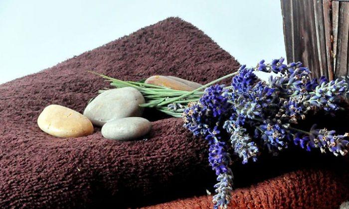 Handtuch, Steine und Kräuter