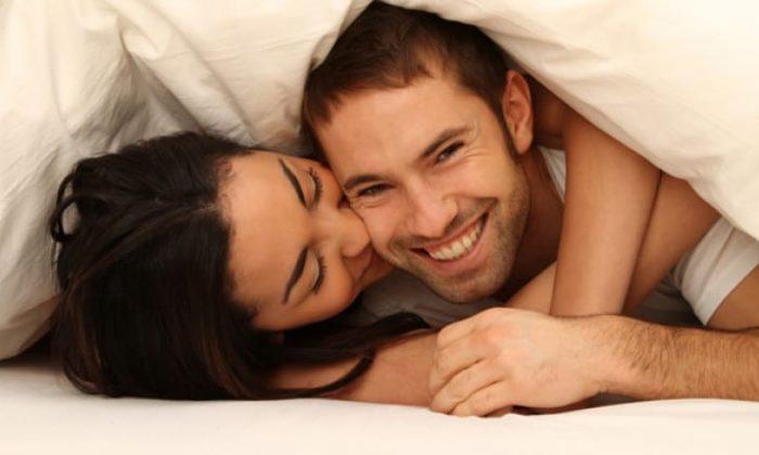 Mann und Frau kuscheln gemeinsam