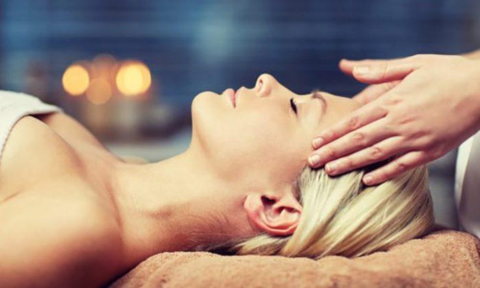 Frau genießt Kopfmassage