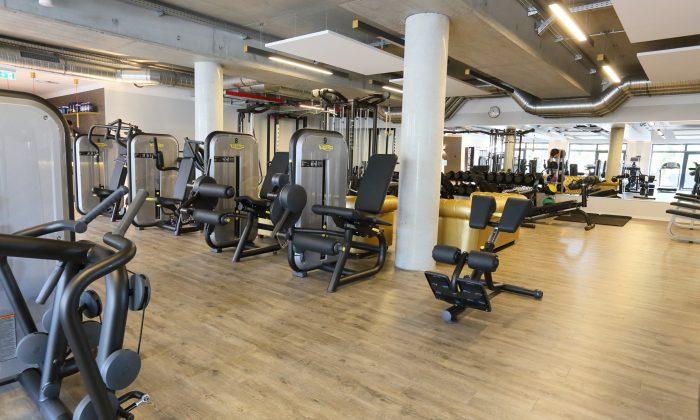 Zahlreiche Moderne Sportgeräte im Fitnessstudio