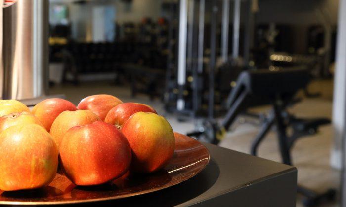 Gesunde Äpfel neben Sportgeräten