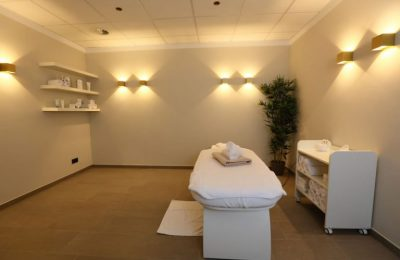 Liege und Massagetücher im Raum für Wellnessanwendungen