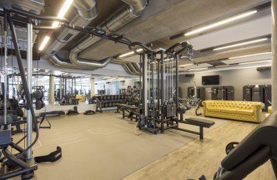 Moderne Sportgeräte im Fitnessclub