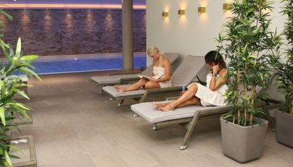 Frauen entspannen am Pool