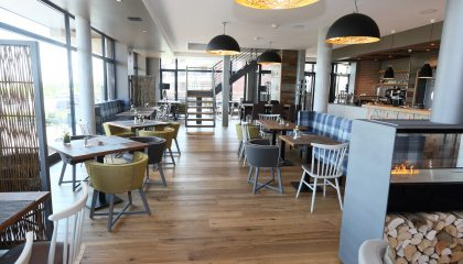 Tische im Restaurant Sandbank