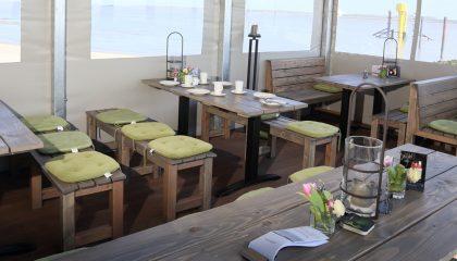 Tische und Stühle im Strand Bistro