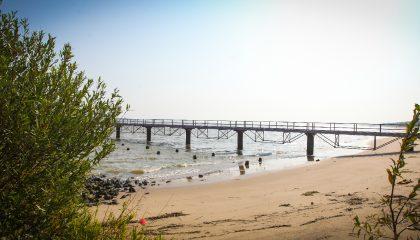 Brücke am Strand