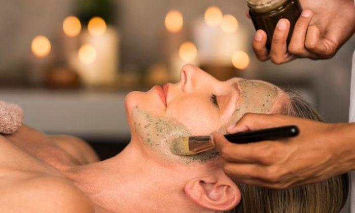 Frau genießt Beautygesichtsbehandlung