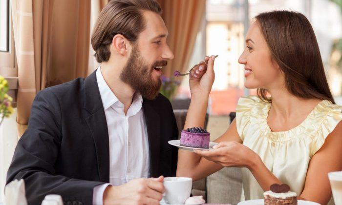 Paar genießt kulinarisches Highlight